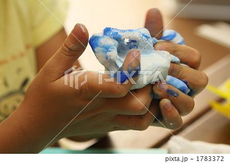 絵の具を混ぜた紙粘土をこねる 1783372