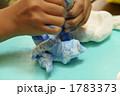 絵の具を足して紙粘土をこねる 1783373