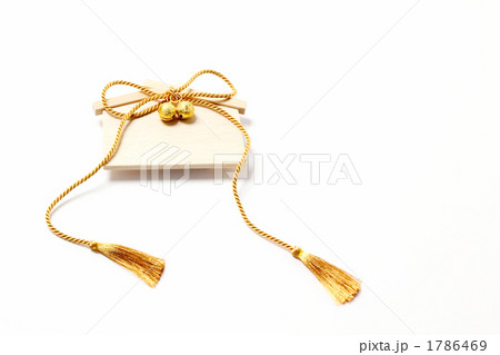 金色の房紐と鈴のある絵馬 1786469