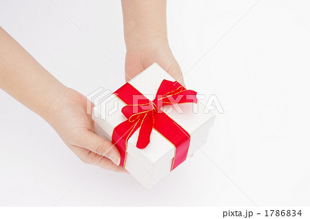プレゼントを渡す女性の手の写真 1786834