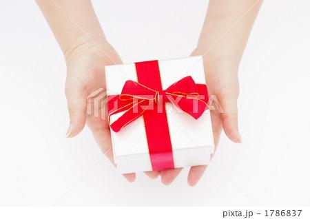 プレゼントを渡す女性の手の写真 1786837