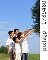 男の子 家族 見上げるの写真 1789480