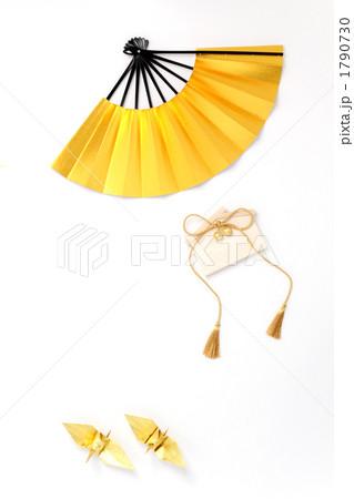 金色の扇子と折鶴と絵馬 縦1 白バック 1790730