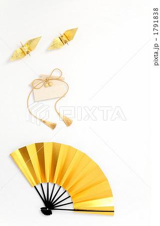 金色の扇子と折鶴と絵馬 縦2 白バック 1791838