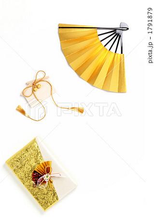 金色の扇子と折鶴と贈答品 縦3 白バック 1791879