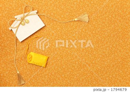 金の組紐の絵馬と黄色のお守り1 真俯瞰 1794679