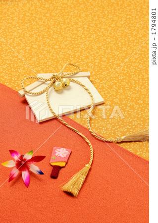 祈願する日本の縁起物 金紐 絵馬 羽子板 1794801