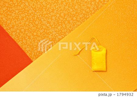 カラフル風呂敷と黄色のお守り 1794932