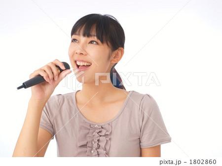 歌う大学生(モデル:都倉幸恵) 1802860