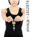 かぎ 錠 女性の写真 1812874
