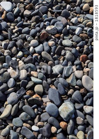 日本海の丸い石が集まる海岸より 1818593