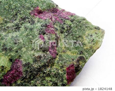 母岩に埋もれるルビー原石 (コランダム) 1824148