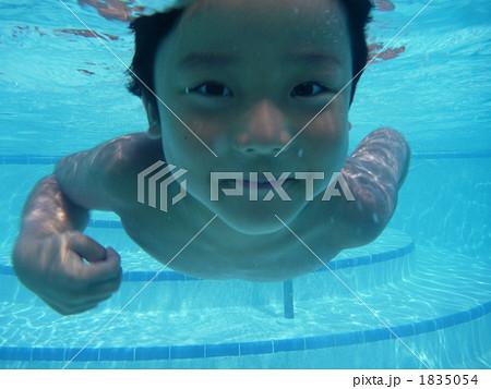 プールで潜る子供 1835054