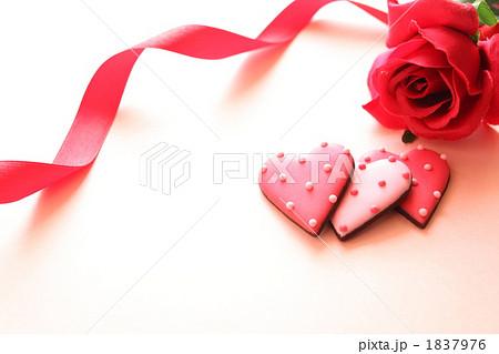 プレゼントのクッキーと赤色バラの写真素材 [1837976] - PIXTA