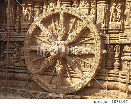 インド・コナーラクのスーリヤ寺院(太陽神殿/太陽神寺院)の基壇の車輪 1878147