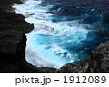 打ち寄せる 荒い波 迫力の写真 1912089