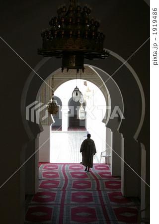 モスクを歩く男性の後ろ姿 1919486