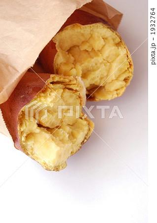 茶色の紙袋に入った焼き芋 1932764
