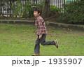 男の子 1人 全身の写真 1935907