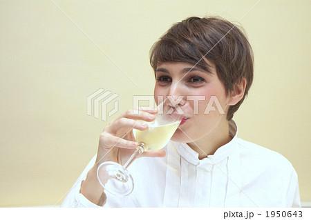 ワインを飲む外人女性 1950643