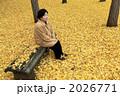 シニア 銀杏の葉 銀杏の落ち葉の写真 2026771