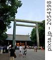 靖國神社神門と第二鳥居_開門を待つ人々 2054398