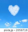 青空に浮かんだハートのような雲 2058719