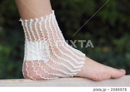 ボディパーツ 女性1人 (足 怪我 手当て 患者 ケガ 処置 負傷 治療 キズ 傷) 2086978