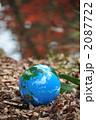 紅葉の水面と地球a 2087722