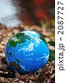 紅葉の水面と地球c 2087727