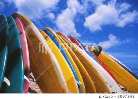 ハワイのビーチにサーフボード 2097343