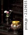 仏壇に置かれた鈴と花 2129635