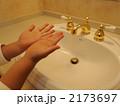 洗面所 手のひら 子供の写真 2173697