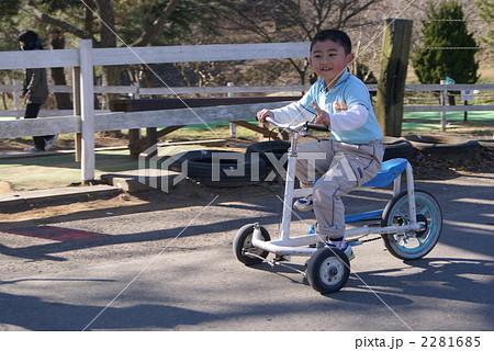 自転車の 小学生 自転車 男の子 : 自転車で遊ぶ男の子 2281685