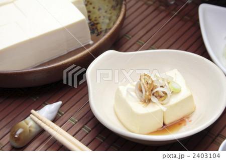 取り皿と湯豆腐 2403104