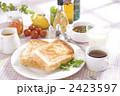 トーストで朝食 2423597