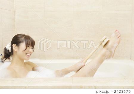 体を洗う女性 2425579
