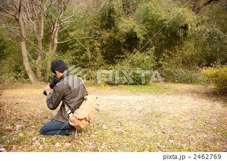 しゃがんで写真を撮る男性 2462769