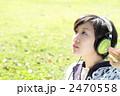 ヘッドホンで音楽を聴く若い女性 2470558
