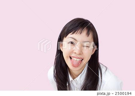 舌を出す女性 2500194