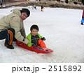 父子 男の子 ソリの写真 2515892