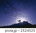 光芒 太陽 富士山の写真 2524525