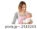 育児 抱く 保母の写真 2583203