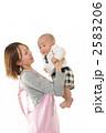 育児 抱く 保母の写真 2583206
