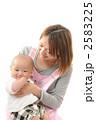 育児 抱く 保母の写真 2583225