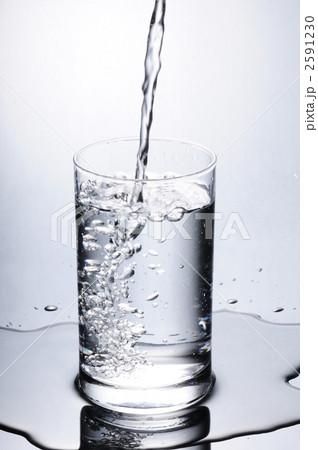 グラスに水を注ぐの写真素材 [2591230] - PIXTA