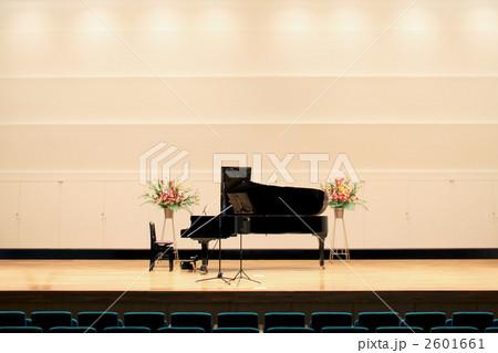 ステージのピアノ 2601661
