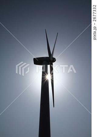 無風の停電状態の風力発電の逆光シルエット 2677332