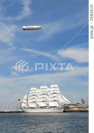 帆船海王丸の総帆展帆と飛行船 2682610