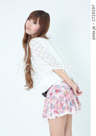 若い女性・花柄スカート 2729297